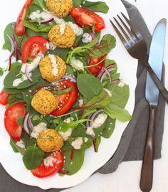 Ofen-Falafel mit Spinat-Ruccola-Mangold-Salat | whatinaloves.com