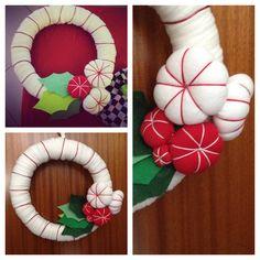 Puffy flower for my diy christmass wreath   Trapilo, fil de fer rouge, vieux t-shirt pour les puffy flowers et feutrines pour les feuilles de cette couronne de Noel DIY