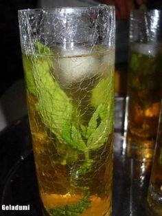 Sirop natural de menta verde - Retete in imagini - Culinar.ro Forum Tea Cafe, Mai, Cold Drinks, Glass Vase, Ice Cream, Cottage, Decor, Green, Sweets