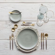 RENT: Verona Chargers in Antique White + Heath Ceramics in Mist + Goa Flatware i. RENT: Verona Chargers in Antique White + Heath Ceramics in Mist + Goa Flatware in Brushed Gold/Wood + Chl Gold Wood, White Wood, Verona, Assiette Design, Goa, Heath Ceramics, Wedding Table Settings, Deco Table, Decoration Table