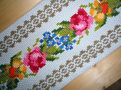 Hardanger Embroidery, Vintage Embroidery, Machine Embroidery, Cross Stitch Rose, Cross Stitch Flowers, Cross Stitch Designs, Cross Stitch Patterns, Bordados E Cia, Rainbow Roses
