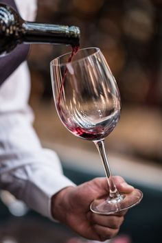 Single-Serving Vino To create wine beverage, the grapes are usually primary harvested from them wineries, Wine Drinks, Alcoholic Drinks, Top 10 Healthy Foods, Fran Fine, Bar A Vin, Pouring Wine, Wine Photography, Sweet Wine, Wine O Clock