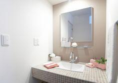 Si tienes un baño pequeño, un espejo grande te ayudará a dar profundidad a tus espacios