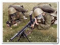 Českoslovenší vojáci při výcviku s lehkým kulometem ZB-26/30 s nasazenými plynovými maskami. 1938. Czechoslovakian soldiers during training with LMG ZB-26/30 with fixed gas masks. 1938. Interwar Period, D Day Normandy, Ww2 Photos, Army Soldier, Special Forces, Colour Images, Dieselpunk, Military History, Armed Forces