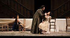Atto I, da Laura Polverelli (Cherubino), Roberto de Candia (Il Conte di Almaviva), sin Laura Giordano (Susanna) – foto di Roberto Ricci