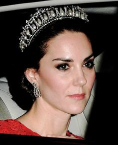 dazzling diamond and pearl Cambridge Lover's Knot tiara has been passed down the royal generations, from Queen Mary, to Queen Elizabeth, Princess Diana and to the Duchess of Cambridge, who wore it for a Buckingham Palace reception on Thursday night Style Kate Middleton, Pippa Middleton, Royal Tiaras, Royal Jewels, Princesa Diana, Prince William And Catherine, William Kate, Estilo Fashion, Ideias Fashion