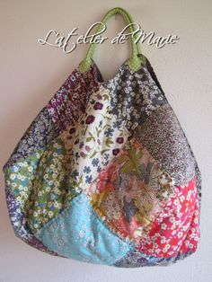 sac 22 liberty 001 Plus Liberty Quilt, Liberty Fabric, Patchwork Bags, Quilted Bag, Fabric Crafts, Sewing Crafts, Fabric Bags, Handmade Bags, Sewing Hacks