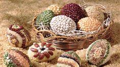 Idee ecologiche per decorare le uova di Pasqua insieme ai bambini: con legumi e cereali.
