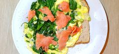 Omelet met spinazie, zalm en lenteui Salmon Burgers, Lunches, Sandwiches, Ethnic Recipes, Food, Eat Lunch, Essen, Meals, Paninis