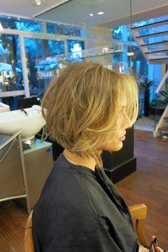 A Melissa Arce decidiu mudar totalmente de visual - do cabelão partiu para um chanel de franja longa. Na semana passada falei do chanel da Cris Tamer e ago