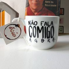 A imagem pode conter: área interna Beautiful Kitchens, Mug Cup, My Images, Tea Pots, Coffee Mugs, Lettering, Dishes, Humor, Cool Stuff