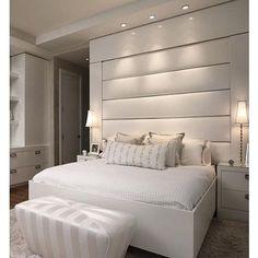 """O que vocês acham dessa proposta """"All White"""" que achei no @decoramundo?  Eu amei que além de clean os materiais acolchoados também conseguem transmitir sensação de conforto e aconchego para essa suíte! #quartodesigndecor #olioliteam"""