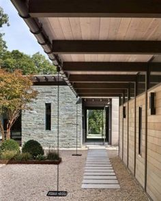 Summer retreat gets a refreshing modern update on Long Island modern roofing Long Island, Lake Flato, Modern Courtyard, Woodland House, Modern Roofing, Modern Ranch, Modern Buildings, Architecture Details, House Architecture