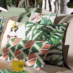 Tom Tailor Kissenhülle Modern Graphics grün/koralle in weicher Baumwolle. Der in zwei unterschiedlichen Größen erhältliche Kissenbezug punktet mit einem modernen Muster.  #kissen #pillow #couch #sofa #wohnzimmer #tomtailor #muster #modern www.bettwaren-shop.de