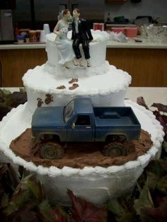 Country wedding cake mudding Carla here's your dream cake!!! Lol I know but it's kinda cute. And he did drive you in his truck to propose. Awwwwwwwwwwwwwwwww....