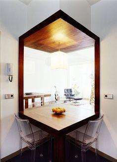 Bridging spaces - kitchen connected to lounge area of apartment using glass partition in a corner ähnliche Projekte und Ideen wie im Bild vorgestellt findest du auch in unserem Magazin