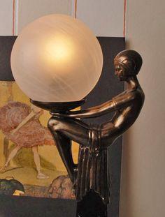 luksusowa lampa z figurą kobiety w stylu art deco