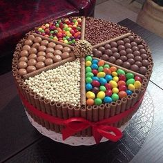 Bolo Kit Kat: 25 modelos incríveis (With images) Torta Candy, Candy Cakes, Food Cakes, Cute Cakes, Yummy Cakes, Chocolate Box Cake, Chocolate Heaven, Chocolate Lovers, Chocolate Candy Cake