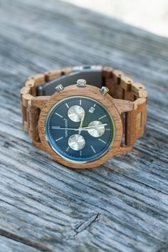 Eine sportliche Uhr mit Mangoholz. Das Holz dient als Nebenprodukt der Mangoproduktion und ist daher äusserst nachhaltig. Brisbane, Wood Watch, Accessories, Fashion Styles, Deep Blue, Wooden Clock, Ornament