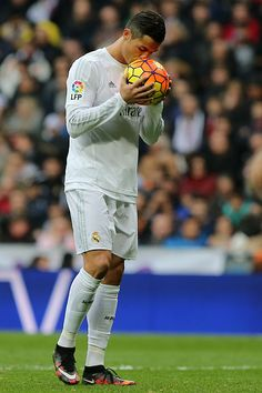 "thefootballista: "" Cristiano Ronaldo kisses the ball before kicking a penalty during the Spanish league football match Real Madrid CF vs Real Sociedad de Futbol at the Santiago Bernabeu stadium in. Ronaldo Real Madrid, World Best Football Player, Good Soccer Players, Football Players, Cristiano Ronaldo 7, Madrid Football Club, James Rodriguez, Football Match, Lionel Messi"