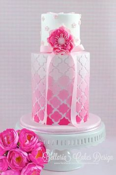 Pink ombre quatrefoil design by Bellaria cake design