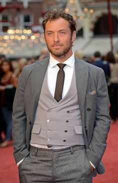 Jude Law never realized how good looking till I watched the Holiday, Carey grant good looking!!