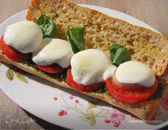 Панини капрезе от Юлии Высоцкой  Для соуса песто подойдет любой твердый сыр, в Италии обычно используют пармезан или пекорино. Если чиабатта вчерашняя, ее лучше предварительно прогреть на гриле. Вместо моцареллы можно взять сулугуни, главное, чтобы он не был слишком соленым.  #едимдома #рецепт #готовимдома #кулинария #домашняяеда #панини #капрезе #юлиявысоцкая #моцарелла