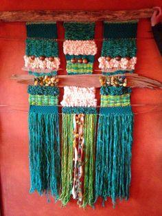 Telar de Charlotte Boucheron Weaving Textiles, Weaving Art, Loom Weaving, Tapestry Weaving, Hand Weaving, Weaving Projects, Woven Wall Hanging, Weaving Techniques, Wool Yarn