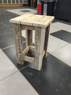 Superbe tabouret réalisé en bois de palettes poncé et naturel, utilisable à l'intérieur et à l'extérieur. Il est conseillé de le lasurer ou de le peindre  en usage extéri - 17126131