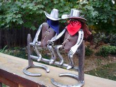 Escultura de herradura vaquero y Cowgirl de picos herraduras y ferrocarril recicladas. Esta pieza es conveniente para muchas ocasiones, boda, aniversario, cumpleaños, etc.. Se trata de una pieza pesada de acero sólido alrededor de 10 libras. Se pueden especificar colores de chalecos y pañuelos. Cerca de 12 x 10.