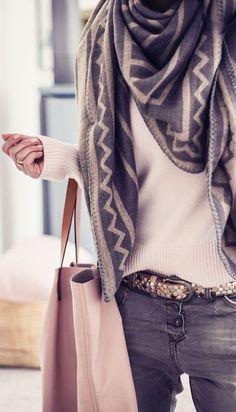 Maxi-echarpe et Plaid - Petit Budget au Luxe Looks Style, Style Me, Look Fashion, Womens Fashion, Fashion Trends, Fall Fashion, Street Fashion, Trendy Fashion, Fashion News