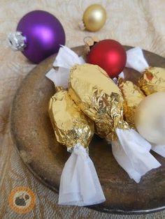 Mozart-szaloncukor házi pisztáciamarcipánnal Christmas Candy, Christmas Treats, Christmas Holidays, Greens Recipe, Truffles, Macarons, Real Food Recipes, Holiday Recipes, Food And Drink