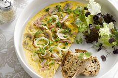 eigerecht - ham, champignons, ... - Verdeel de ui en de champignons over twee pannen en bak enkele minuten aan in de olijfolie.