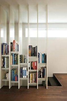 Biele regály na knihy ako deliaca stena