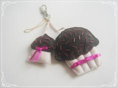 Chaveiro-pingente com dois cupcakes.    www.boutiquedeencantos.elo7.com.br