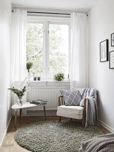 Home tour, simplicité et mélange des matières Coin cosy, fauteuil et table basse tripode.