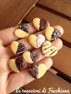 Chocolate covered heart biscuit *Miniature by Facchiana. Cute Polymer Clay, Cute Clay, Polymer Clay Miniatures, Fimo Clay, Polymer Clay Projects, Polymer Clay Charms, Polymer Clay Creations, Clay Crafts, Crea Fimo