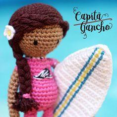 Domingo combina com praia!  -----  Encomendas: @sekaslatkica  capitaganchocroche@hotmail.com ✈ Enviamos para todo o Brasil ----- #croche #crochet #artesanato #feitoamão #handmade #crochetaddict #praiadepipa #pipabrasil #amigurumi #semprecirculo  #brinquedos #crochettoy  #hakeln #ganchillo  #surfer