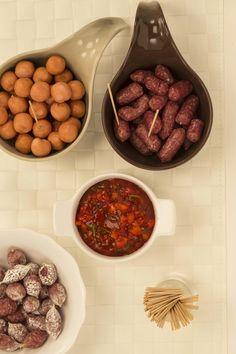 Devos Lemmens | Sauce dip piquante au poivronIngrédients pour 4 personnes : 1 poivron rouge coupé en dés 8 c. à soupe de ketchup D&L 1 cuillère à soupe de sambal oelek 1 cuillère à soupe de coriandre hachée C'est Bon, Sauce, Ketchup, Beef, Food, Cilantro, Recipes, Meat, Essen