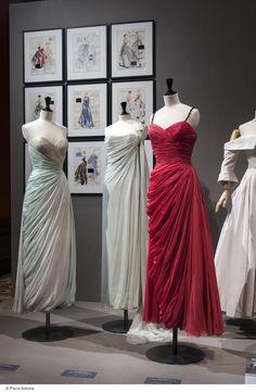 Piezas de los años cincuenta Vintage Gowns, Vintage Outfits, Vintage Clothing, Bridesmaid Dresses, Prom Dresses, Formal Dresses, Different Wedding Dresses, Palais Galliera, 1950s Fashion