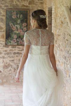 Marta. Luce un vestido palabra de honor, con un crop top por encima con detalles bordados en plata, falda con tul y una espalda abotonada. #noviatothom #novia #boda #tothom #altacostura #novios