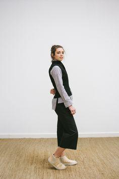 LOOK 10 -  detail - calça midi - camisa com detalhe no ombro em algodão - colete em lã