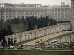Spre curtea Parlamentului / Towards the Parliament Courtyard