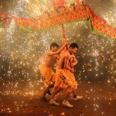 La danza del drago durante la festa delle lanterne a Meizhou, nella provincia cinese del Guangdong. La festa si celebra il 15° giorno del primo mese dell'anno lunare, secondo il calendario cinese