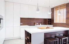 Modern kitchen with wood backsplash, white cabinets and island Quartz Backsplash, Wood Backsplash, Quartz Countertops, Wood Cabinets, White Cabinets, Kitchen Island Materials, Modern Kitchen Design, Kitchen Designs, Ideas Para Organizar