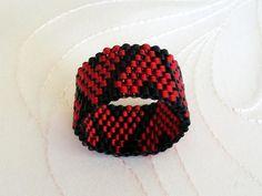 Peyote ring HERZ by veronika-shop, Dieser Ring wurde  -in Peyote-Stich aus japanischen Delicas gefädelt,  -mit Herz Muster.  Durchmesser: ...