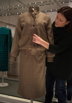 A member of staff poses with a brown tweed day suit designed by Bill Pashley and worn by Diana on her honeymoon in Balmoral in 1981 Princess Diana Dresses, Princess Diana Fashion, Fashion Story, New Fashion, Fashion Kids, Princess Diana Exhibition, Iconic Dresses, Tweed Suits, Donatella Versace