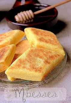 Mbesses, Mtakba, une délicieuse galette de semoule au beurre qui se prépare en Algérie. Plus considéré comme un gâteau, la recette mbesses est préparée