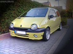 Renault Twingo - AUTO - CAR - AUTOMOVIL - TUNING - Modificado - AMARILLO - YELLOW  @MALBRAN Best Small Cars, First Car, Cars And Motorcycles, Vintage Cars, Bb, French, Love, Vehicles, Strollers