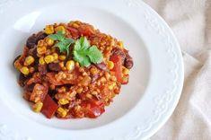 Szukacie pomysłu na szybki fit obiad, po którym w dodatku nie będzie dużo zmywania? Jednogarnkowe, wegetariańskie kaszotto po meksykańsku z pewnością przypadnie Wam do gustu! Polish Recipes, Kung Pao Chicken, Chana Masala, Vegan Vegetarian, Cake Recipes, Lunch Box, Food And Drink, Rice, Healthy Recipes